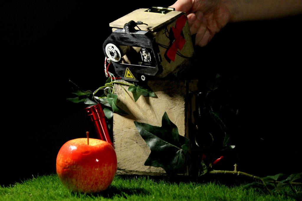 """Das Foto zeigt einen kleinen Roboter, eine Theaterfigur aus dem Stück """"Strom - Eine Robotergeschichte""""."""