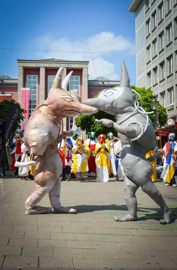 Zwei aufblasbare Anubis-Kostüme vor dem Grillo Theater in Essen
