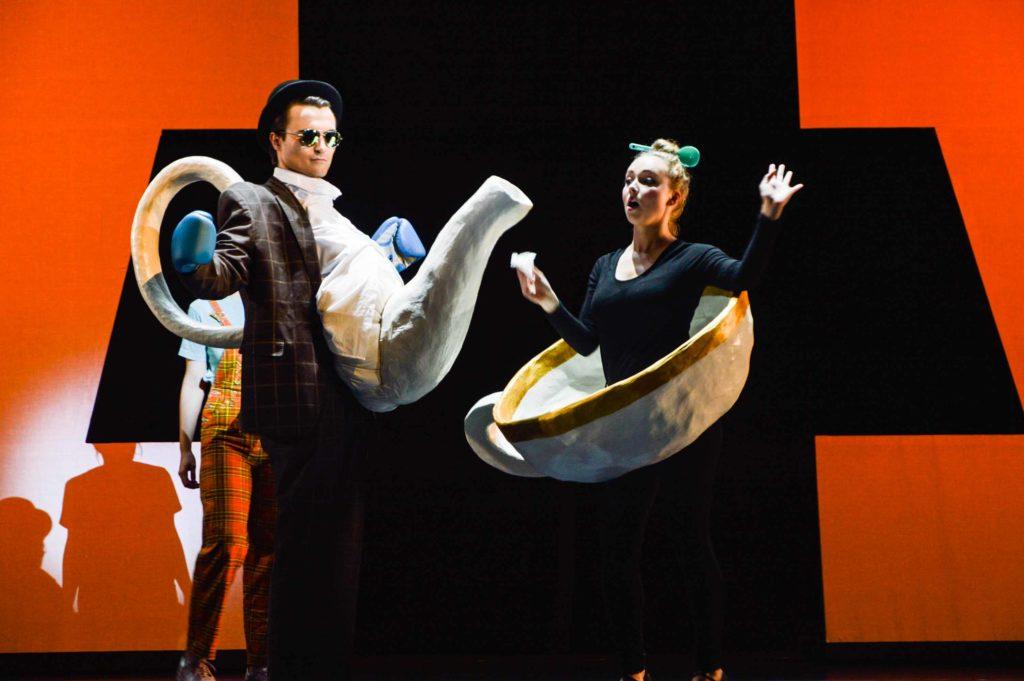 Das Foto zeigt zwei Opernsänger in Kostümen von Yvonne Dicketmüller