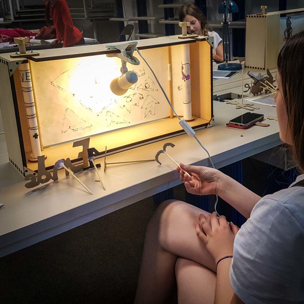 Crankie-Workshop: Ein Mädchen bei der Probe an ihrer selbstgebauten Crankiebühne.