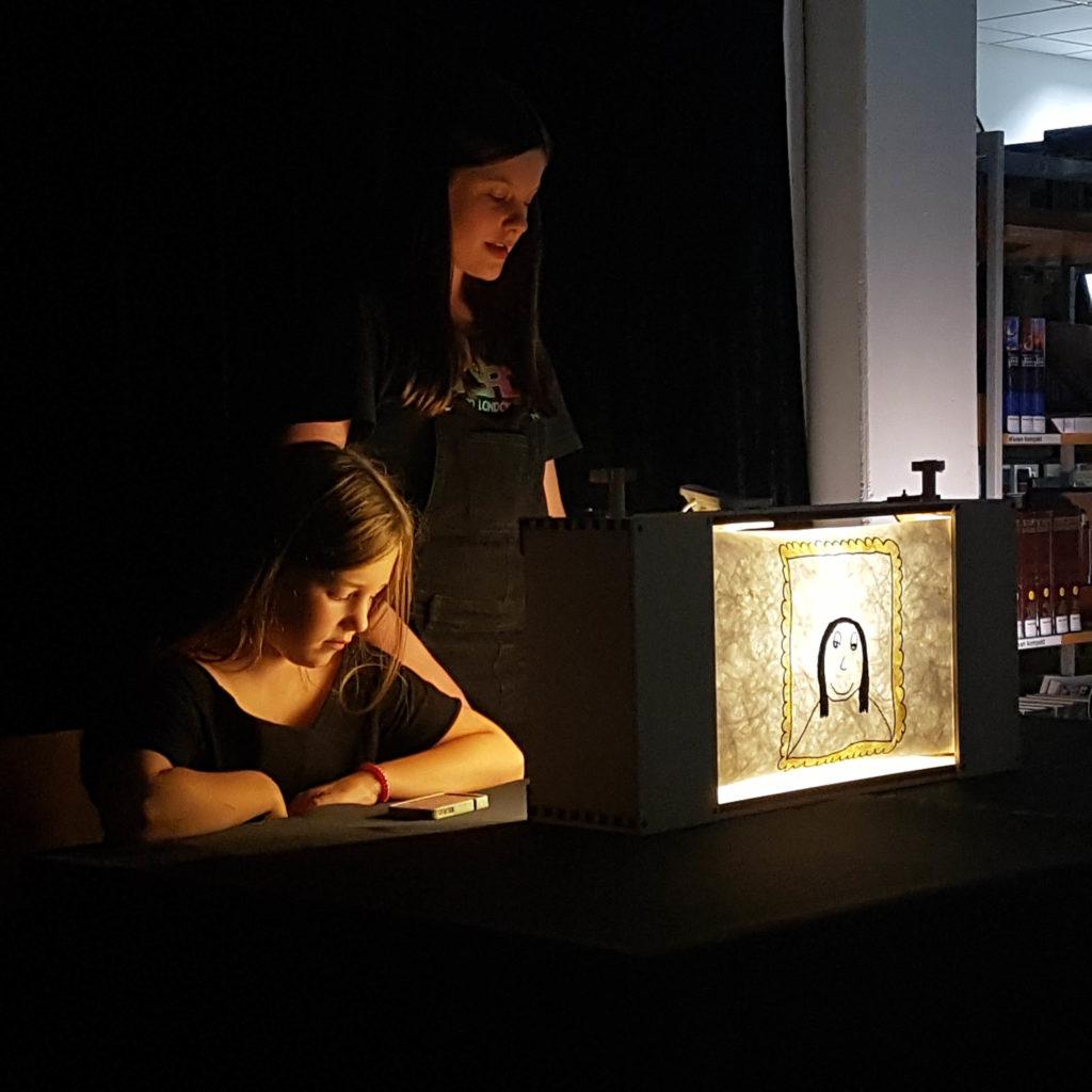 Zwei Mädchen mit ihrer selbst gebauten Crankie-Bühne.