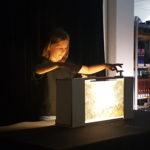 Kind führt seine Crankie-Inszenierung in der Bücherei Bochum vor