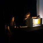 zwei Kinder zeigen ihr selbst gebautes Crankie in der BüchereiLlangendreer