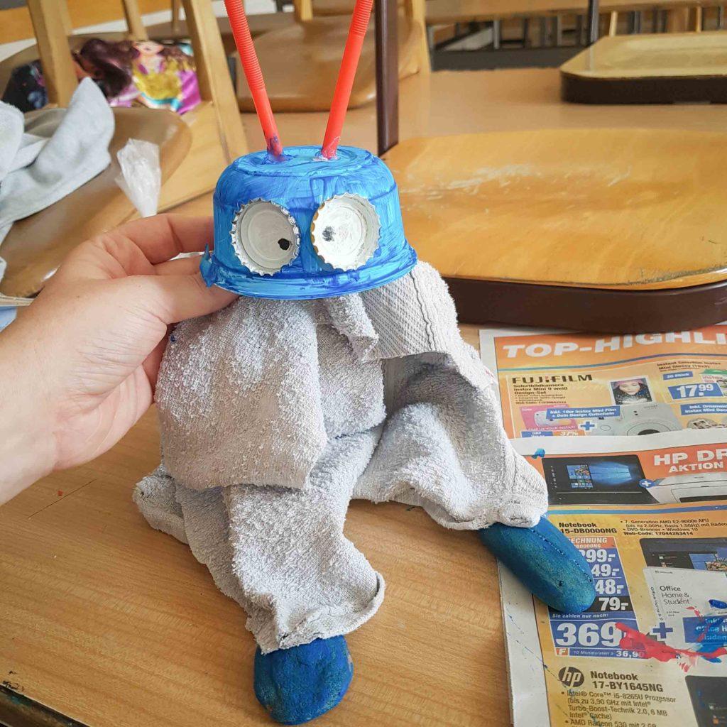 Kleine Alien Marionette aus recycelten Materialien.