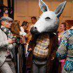Ein Esel Walking Act bei einer Hochzeit