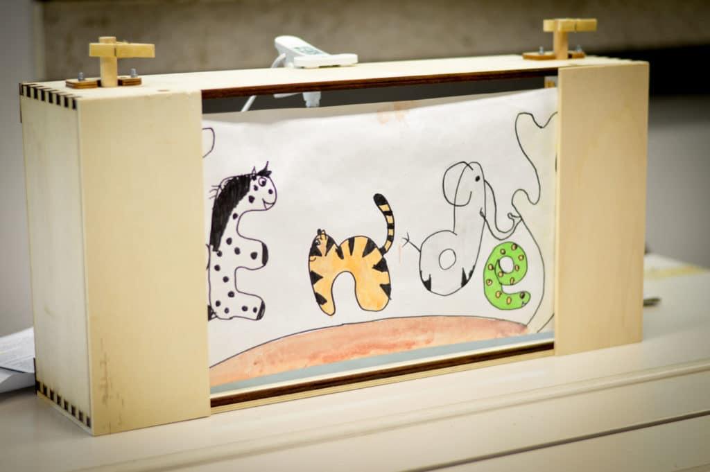 Crankie-Kasten, der die letzte Szene einer Geschichte zeigt.