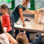 Das Bild zeigt die Teilnehmerinnen des Crankie-Workshops in Bochum