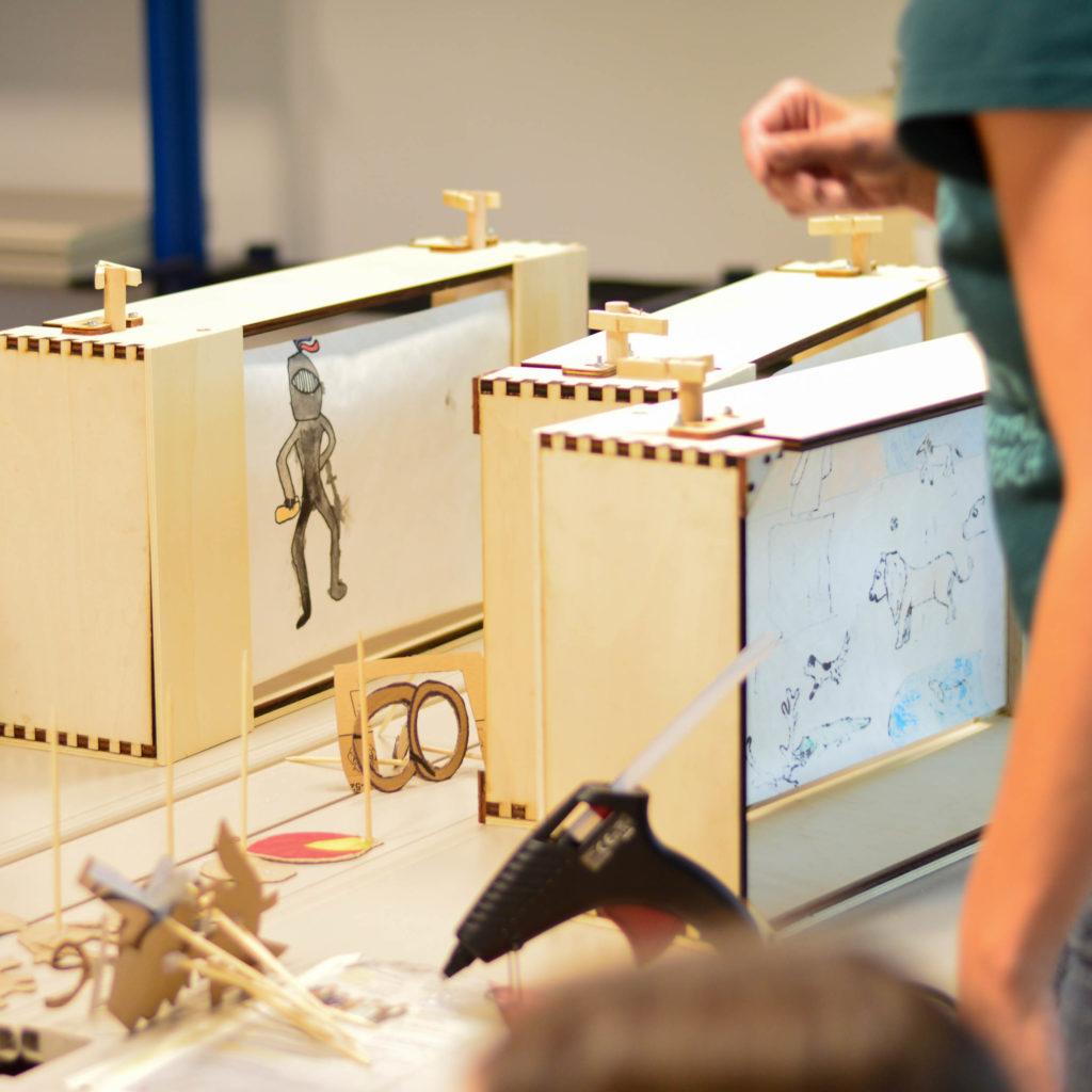 Crankie-Kästen stehen in einem Workshop auf dem Tisch