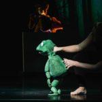 Theaterfigur, ein Frosch auf der Operbühne