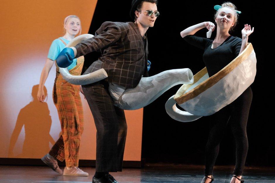 Das Bild zeigt zwei Opernsänger. Der eine trägt ein Teekannenkostüm , die Sängerin ein Teetassenkostüm.