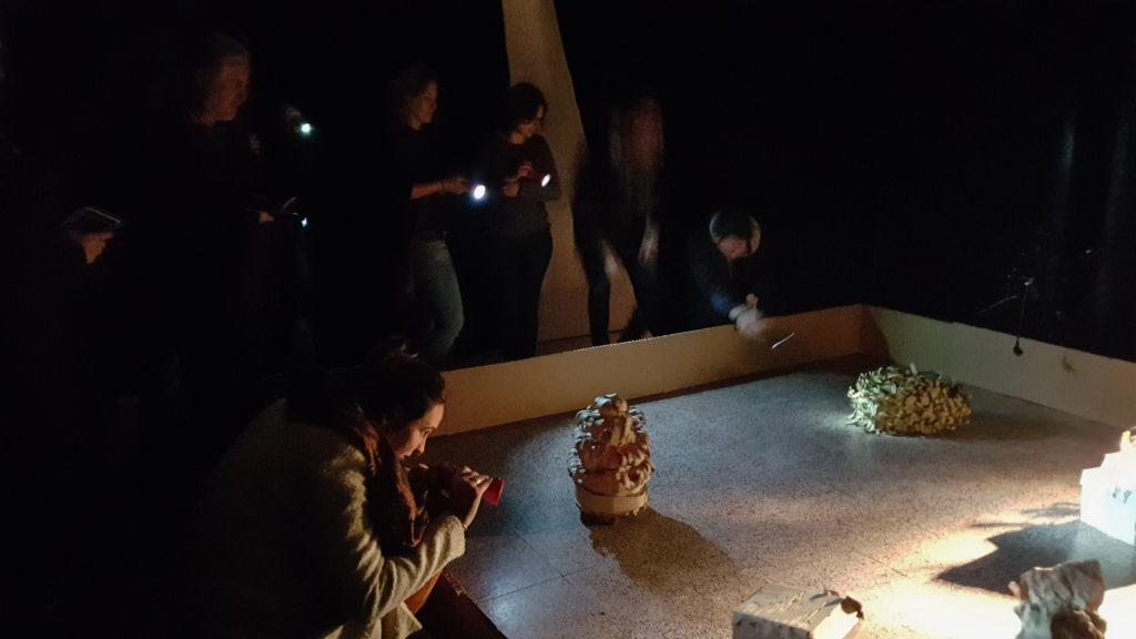 Einige Besucher der Roboter-Installation interagieren mit den kleinen Wesen aus Pappe.