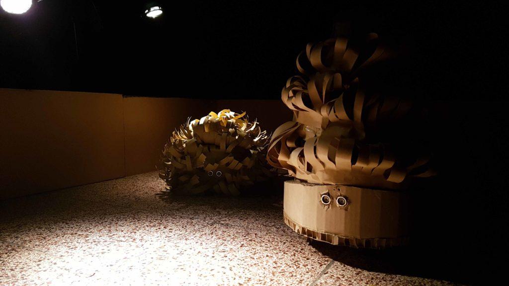 """Kleine Roboter aus Pappe aus der Installation """"Ein Platz an der Sonne"""""""