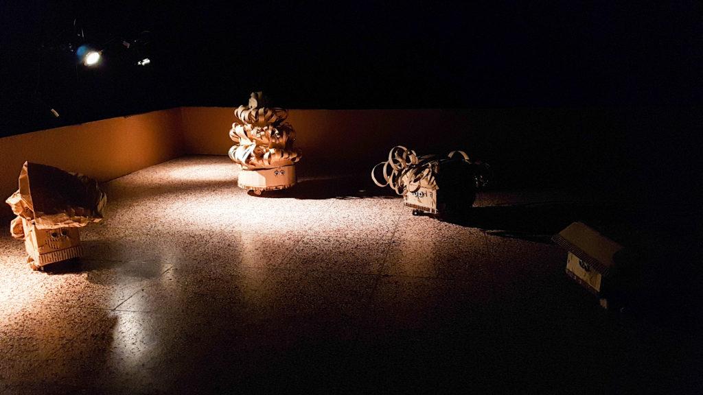 Roboter aus Pappe in einem dunklen Raum
