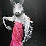 Eine Maskenspielerin als Elsefrau verkleidet, tanzt über die Bühne