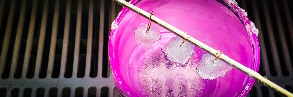 Das Foto zeigt Kristalle die auf LEDs wachsen waus der Recherche E-Textiles im Figurenbau