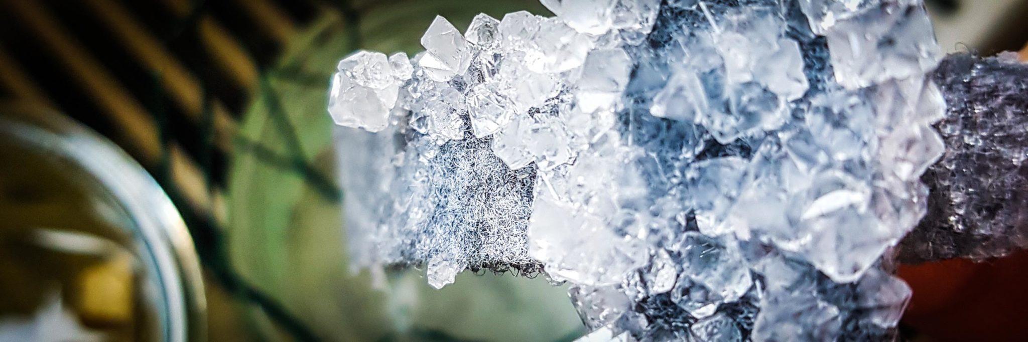Kristalle wachsen auf einem Stück Filz.