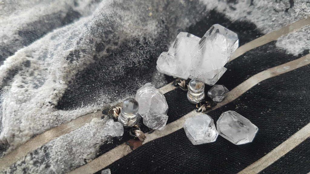 E-Textiles im Figurenbau: Das Foto zeigt zwei auf Stoff genähte LEDs, um die herum Kristalle wachsen.